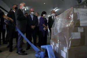 A Fiocruz entregou hoje o primeiro lote de vacinas contra a Covid-19 fabricado pela instituição.